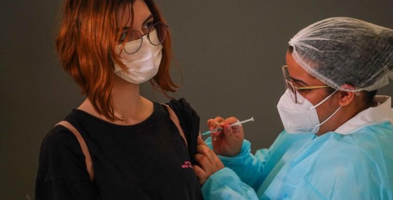 Santa Catarina mantém vacinação para 12 a 17 anos após recomendação contrária do Ministério da Saúde