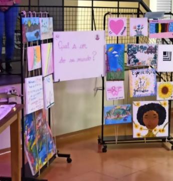 HU inaugura exposição de quadros feitos por mulheres em tratamento contra o câncer