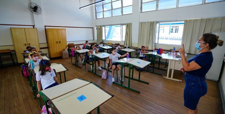 Piso salarial de R$ 5.000 para professores em SC é discutido pelo poder público