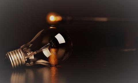Conta de luz nas alturas! Como economizar com 5 atitudes simples