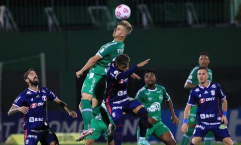 Chapecoense leva gol no final e perde em casa para o Fortaleza pelo Brasileirão