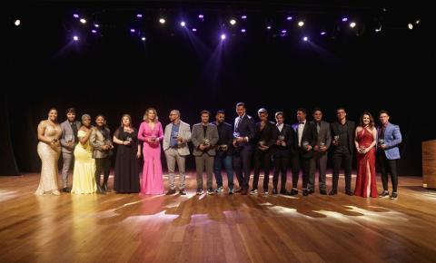 Em noite de gala, Michelle Pandora e Antonia Fontelle apresentam a entrega do prêmio Gênios da Atualidade