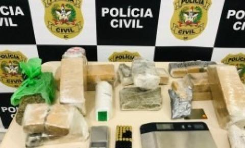 Em Palhoça, Polícia Civil apreende drogas e munições e realiza prisão