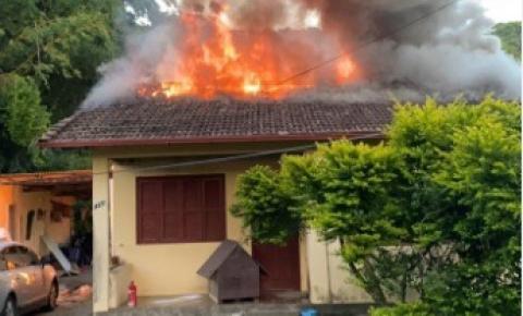Homem coloca fogo na casa da ex-mulher, que tem 70% do corpo queimado com o atual companheiro