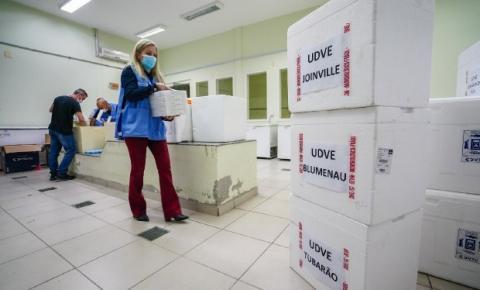 Florianópolis recebe 10.530 doses da vacina da Pfizer; São José recebe 7.020