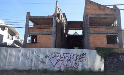 Prefeitura de Florianópolis realiza demolição de edificação irregular no Parque São Jorge