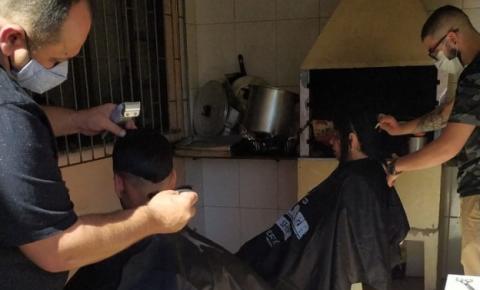 População em situação de rua acolhida no Abrigo Municipal de Biguaçu recebe cortes de cabelo e barba gratuitos