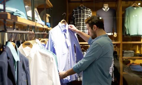 Consumidores buscam preço e promoção nas compras do dia dos pais em SC, diz Fecomércio