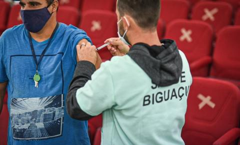 Biguaçu realiza maratona de 12h para aplicação da primeira dose em pessoas a partir dos 28 anos