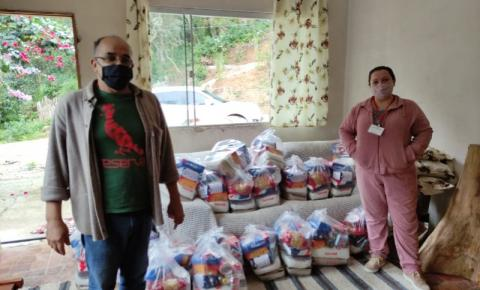 Famílias recebem doação de 100 cestas básicas de empresa em Biguaçu
